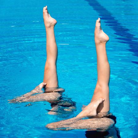 nataci�n sincronizada: Synchronized swimming pair performing
