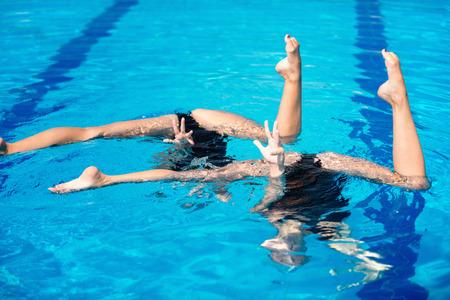 Synchronized swimming duet routine Stockfoto