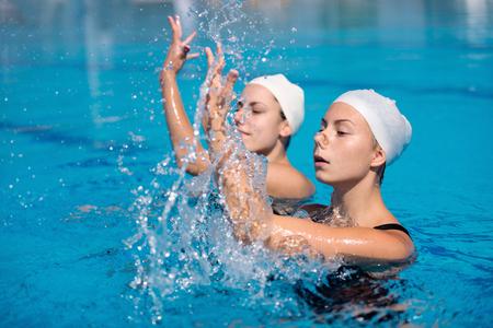 Synchroonzwemmen duet Stockfoto