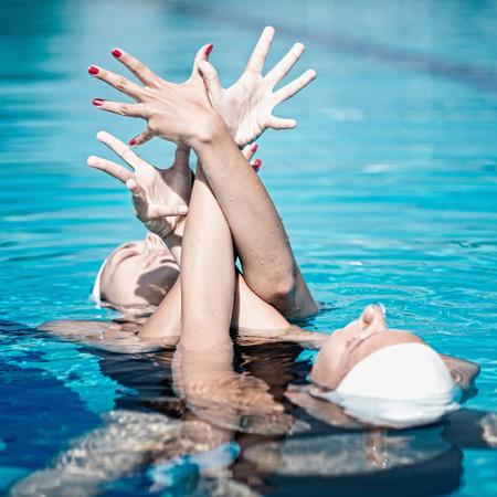 nataci�n sincronizada: el rendimiento de nataci�n sincronizada Foto de archivo