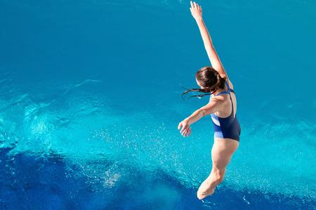 beine spreizen: M�dchen im Badeanzug fallen hinunter zum Wasser Lizenzfreie Bilder