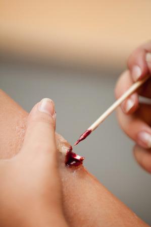 fractura: SFX maquillador creaci�n de una fractura de pierna