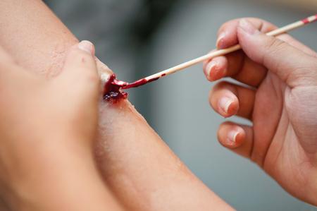 special effects: Los efectos especiales maquillaje y la creación de una fractura en la pierna Foto de archivo