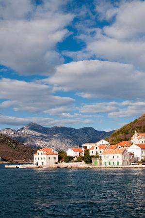 paisaje mediterraneo: Cloudscape dramático sobre el antiguo pueblo mediterránea en Montenegro. Foto de archivo