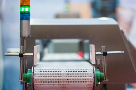 Metalldetektor Förderer -, das zur Kontrolle Qualität in Lebensmitteln oder anderen Produkten. Alarm wird ausgelöst, wenn das System erkennt, fehlerhafte oder verunreinigtes Produkt. Standard-Bild