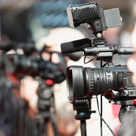 cámaras de televisión en la rueda de prensa