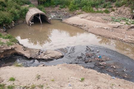 aguas residuales: la contaminación del agua de aguas residuales Seus en la orilla del río