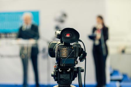 広報・ PR マネージャーが記者会見でマスコミに話します。フォーカス カメラ