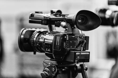 cámara de TV en la conferencia de prensa. En blanco y negro