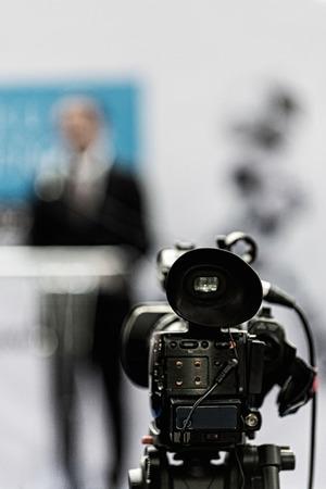 relaciones publicas: Relaciones públicas - encargado de la banda a hablar con los medios de comunicación en la rueda de prensa. La cámara de enfoque