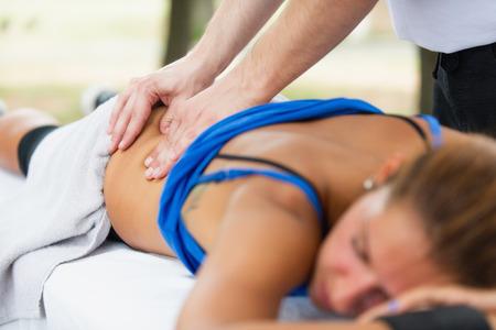 masaje deportivo: El masaje deportivo, se centran en las manos Foto de archivo