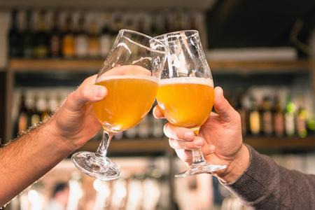 vasos de cerveza: Cerveza las gafas, los amigos que hacen una tostada en el pub