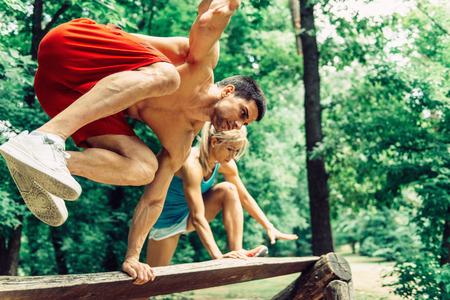 persona saltando: Al aire libre, gimnasio, Pareja, Carrera de obstáculos, Fitness Trail Foto de archivo