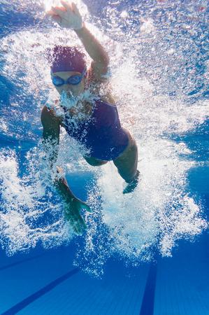 Kraulen junge weibliche Schwimmer unter Wasser