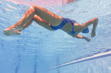 Junge Frau unter Wasser