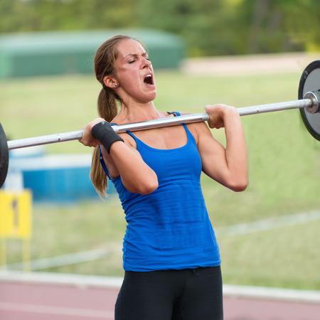 cansancio: haciendo peso muerto de la competencia crossfit femeninos