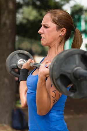 cansancio: Mujer crossfit atleta haciendo limpia