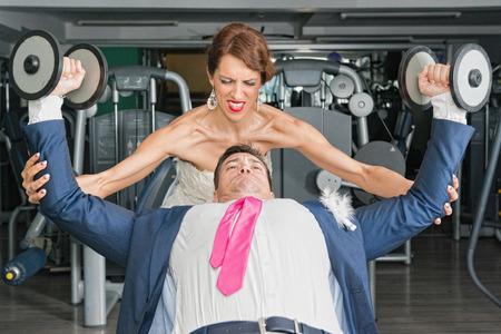trabajando duro: Reci�n casados ??trabajando duro. Gimnasia utilizado para ilustrar el concepto Foto de archivo