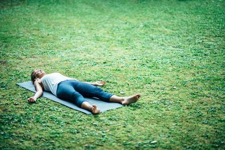 Fille faisant du yoga, la méditation, la position du cadavre Banque d'images - 57148598