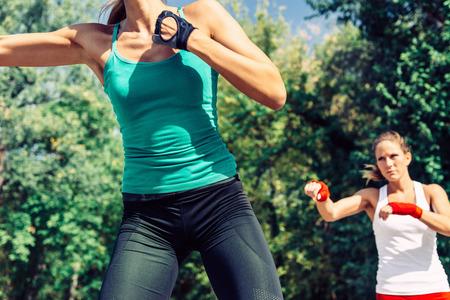 Jonge vrouw tijdens outdoor TaeBo-training Stockfoto