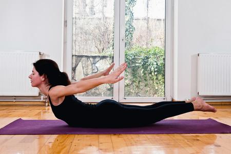 langosta: Poorna Salabhasana o la posición de la langosta en el yoga Foto de archivo