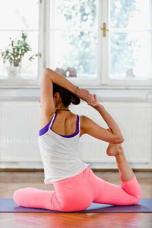 buena postura: Mujer que hace yoga en el pa�s Foto de archivo