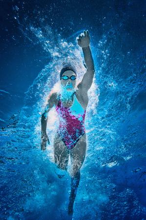 クロール泳者。水中ビュー、トーンのイメージ