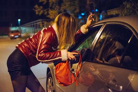 도시에서의 매춘 - 잠재 고객과 이야기하는 밤 매춘 여성