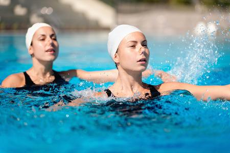 nataci�n sincronizada: Sincronizada d�o de nataci�n realizar en la piscina