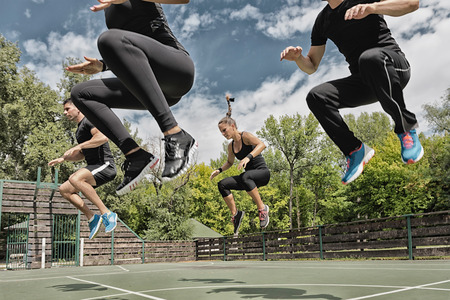 QUipe de faire un exercice de remise en forme de puissance de saut Banque d'images - 56462926