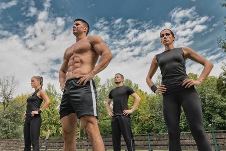 istruttore di fitness in posa con il suo team Archivio Fotografico