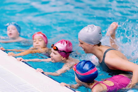 Swimming class for children in indoor pool 版權商用圖片 - 57178998