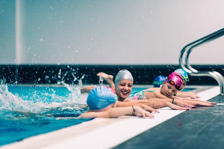屋内プール、子供のためのスイミング レッスン 写真素材