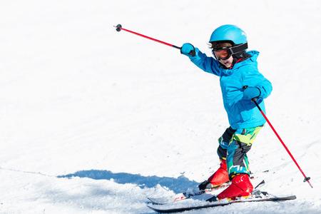 Little child skiing Standard-Bild