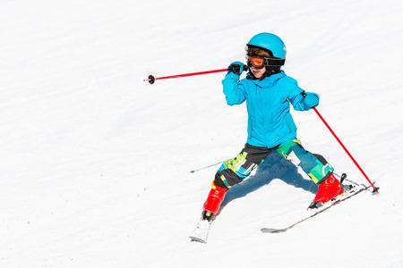 Cute little child skiing down the slope 版權商用圖片