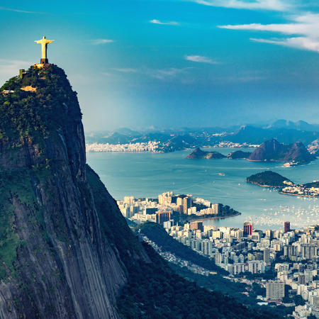 Aerial view of Rio De Janeiro. Corcovado mountain with statue of Christ the Redeemer, urban areas of Botafogo and Centro, mountains in the distance. 版權商用圖片