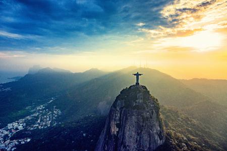 リオ ・ デ ・ ジャネイロのコルコバードの山。夕暮れ時の街を見下ろすキリスト像 写真素材