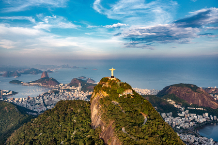Aerial view of Rio De Janeiro. Corcovado mountain with statue of Christ the Redeemer, urban areas of Botafogo and Centro, Sugarloaf mountain. 版權商用圖片 - 58097975