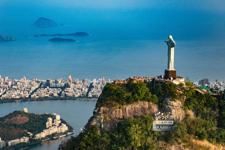 Estatua del Cristo Redentor con vistas a la ciudad de Río de Janeiro. Vista aérea, disparó desde el helicóptero.