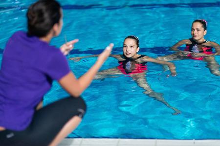 natación sincronizada: entrenamiento de natación sincronizada Foto de archivo