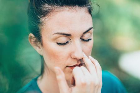 soustředění: Dýchací cvičení Pranayama - Alternate nosní dýchání, často prováděny na stres a úzkost úlevy Reklamní fotografie
