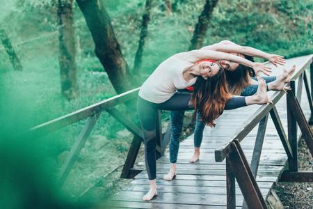 buena postura: Exercising in nature