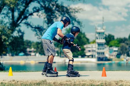 clase de patinaje sobre ruedas con el maestro de alto nivel y el niño pequeño