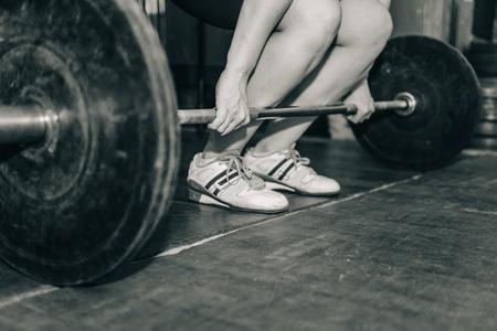 levantamiento de pesas: Mujer en el entrenamiento de pesas