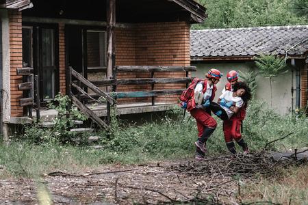 救助チームは、自然災害の犠牲者を保存