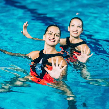 natación sincronizada: Rendimiento sincronizada Natación Foto de archivo