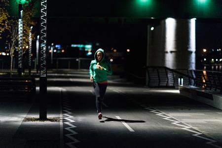 女性深夜屋外ジョギング