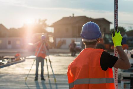 Topógrafos del sitio de construcción