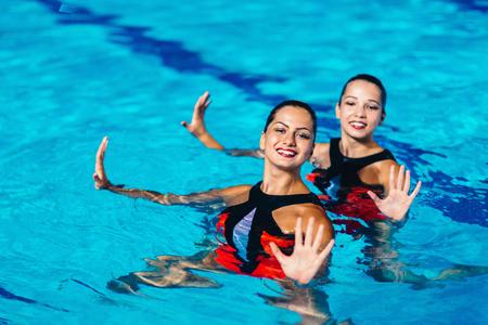 Synchroonzwemmen duet op de prestaties