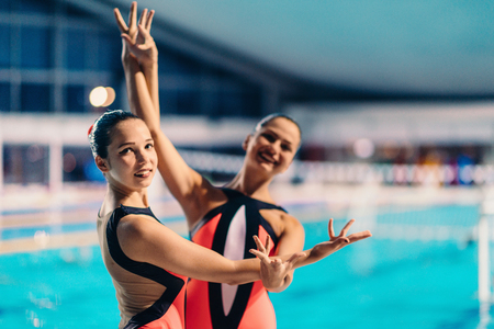 natación sincronizada: Sincronizada dúo de natación en el rendimiento en la piscina